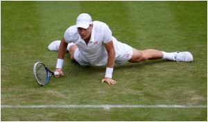 Tennis stars slip and fall at Wimbledon